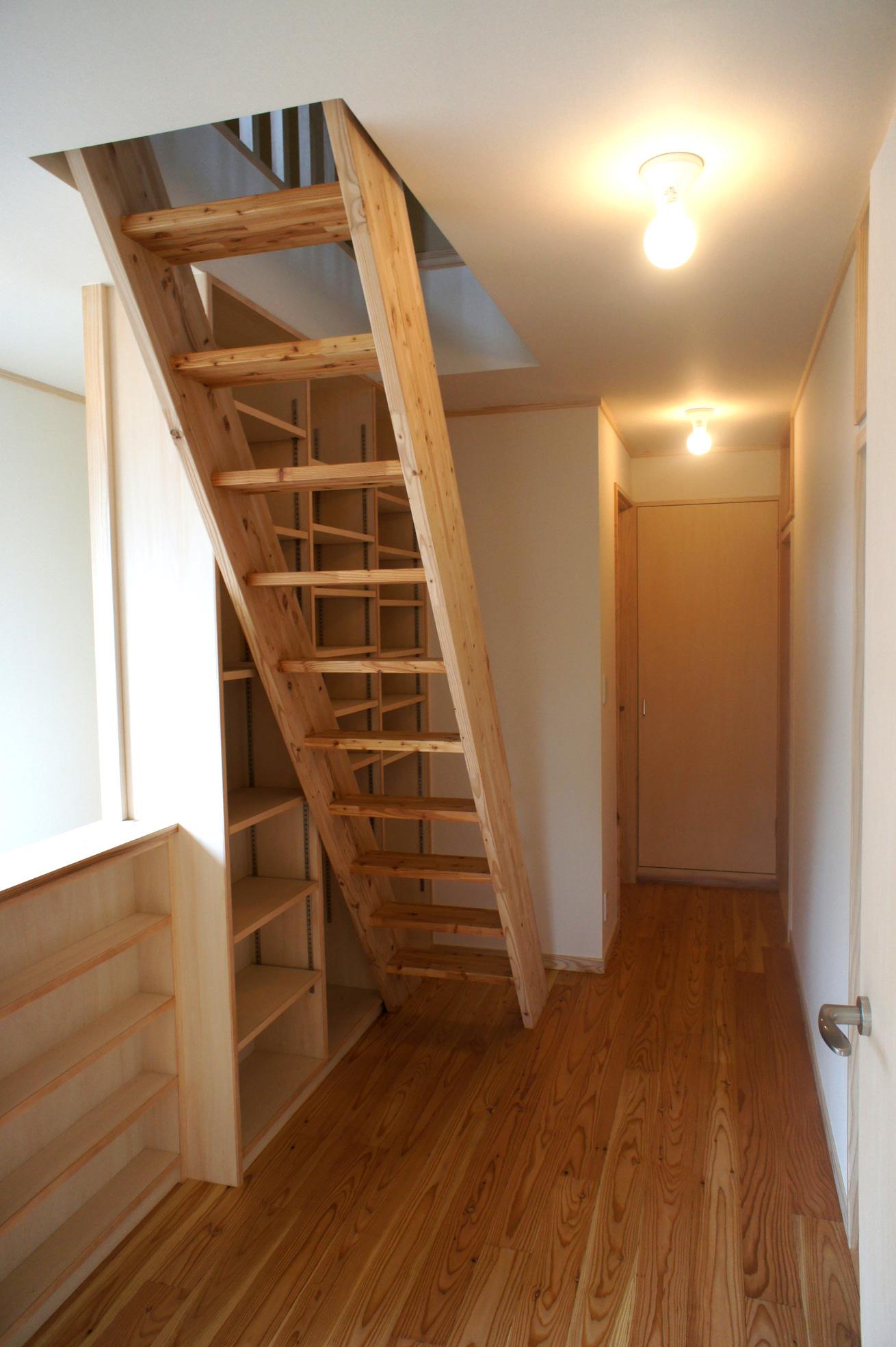 2F廊下とロフトへの階段。ここにも本棚。