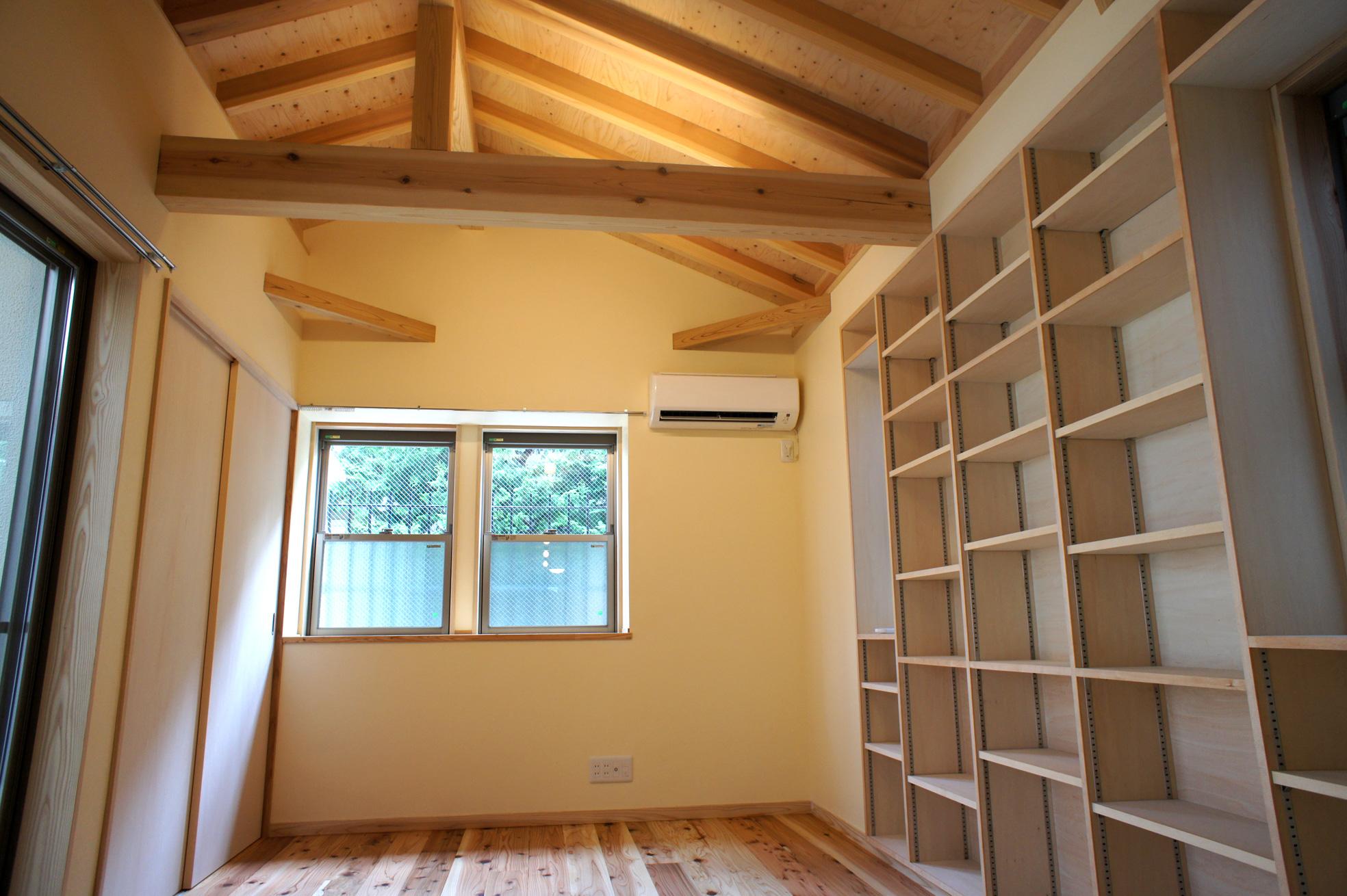書斎。壁備え付けの本棚はオリジナルで制作。