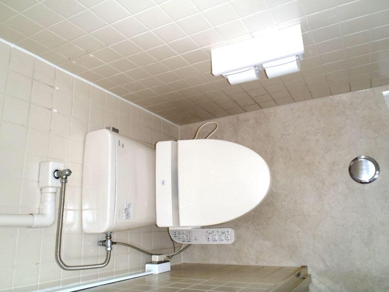 トイレ個室内も綺麗に改修